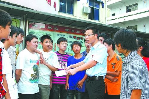 樟树市法院在该市第二中学举办法律知识讲座