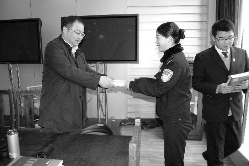 仪征法院院长张澎为青研会学员发书.