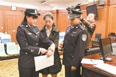 两女子不满强执撕毁法院公告拘留